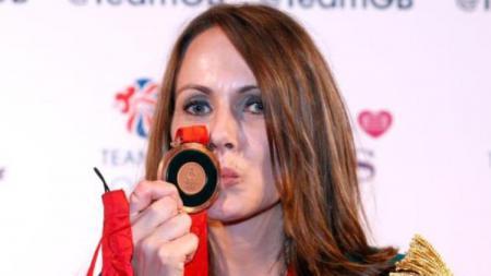 Kelly Sotherton berpose dengan medali perunggu Olimpiade 2008, Kamis (13/09/18). - INDOSPORT