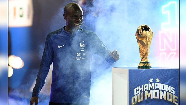 NGolo Kante bersama trofi Piala Dunia 2018. Copyright: INDOSPORT