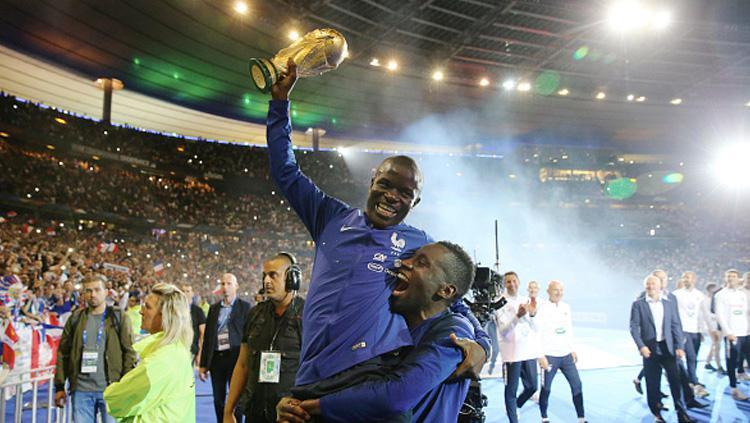 NGolo Kante dan Blaise Matuidi bersama trofi Piala Dunia 2018. Copyright: Getty Images