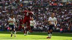 Indosport - Wijnaldum saat menyundul bola.