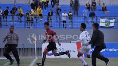 Indosport - tendangan dan pukulan mewarnai protes Persiwa atas penalti Persegres GU