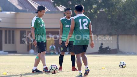 Djajang Nurdjaman memimpin latihan pemain Persebaya Surabaya. - INDOSPORT