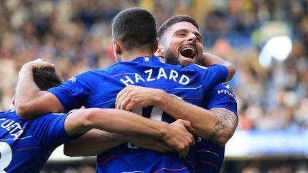 Eden Hazard saat berselebrasi bersama Olivier Giroud. - INDOSPORT