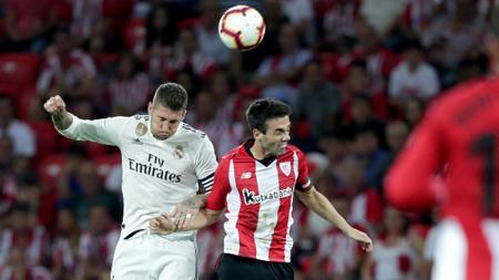 Duel udara Sergio Ramos dengan pemain Athletic Bilbao. - INDOSPORT