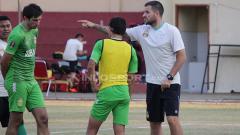 Indosport - Punggawa Bhayangkara FC ketika latihan di Lapangan Polda Jatim.