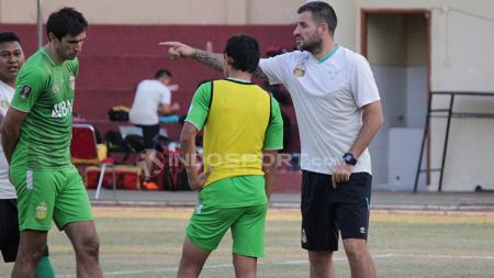 Punggawa Bhayangkara FC ketika latihan di Lapangan Polda Jatim. - INDOSPORT