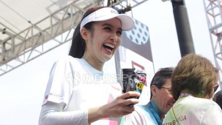 The Color Run 2018 baru saja digelar. Sandra Dewi ikut serta dalam lari santai yang berlangsung di area Gelora Bung Karno, Jakarta, Minggu (16/9/18). - INDOSPORT