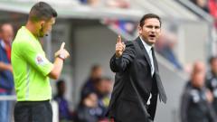 Indosport - Frank Lampard berdebat dengan wasit.
