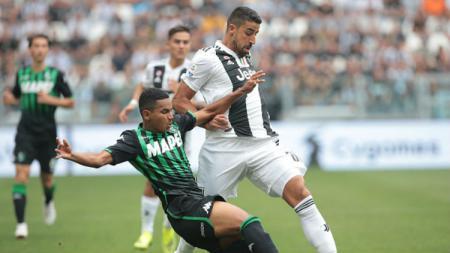 Sami Khedira saat berebut bola dengan pemain Sassuolo. - INDOSPORT