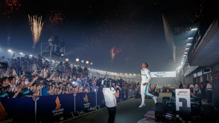 Lewis Hamilton selebrasi usai juara F1 GP Singapore 2018. - INDOSPORT