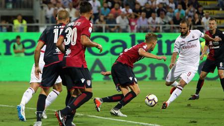 Gonzalo Higuain mencetak satu gol bagi AC Milan saat bertemu Cagliari. - INDOSPORT