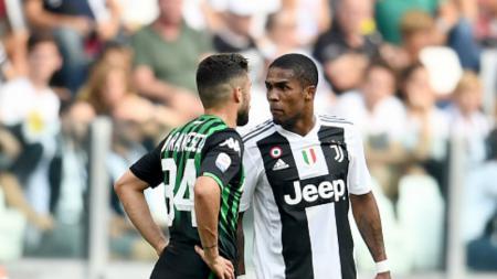 Douglas Costa (kanan/Juventus) bersitegang dengan Federico Di Francesco (Sassuolo). - INDOSPORT