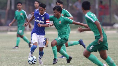 Pemain Persib U-16 Mengontrol Bola Saat di Laga Melawan PS Tira U-16 - INDOSPORT