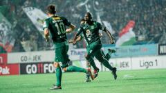 Indosport - Ok John merayakan gol yang berhasil dia cetak, saat melawan Sriwijaya FC.