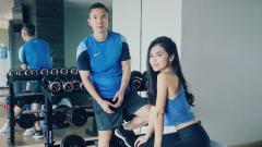Indosport - Pemain Persib Bandung, Kim Kurniawan, melakukan hal usil nan konyol saat istrinya, Elisabeth Novia sedang sibuk berolahraga.