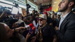Indosport - Hari kedatangan Diego Maradona di Meksiko yang langsung diserbu wartawan