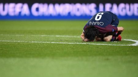 Edinson Cavani kesakitan dalam pertandingan Liga Champions. - INDOSPORT