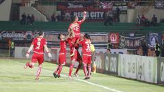 Indosport - Riko Simanjuntak berselebrasi usai mencetak gol.