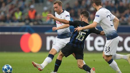 Christian Eriksen diadang pemain Inter Milan Matteo Politano. - INDOSPORT