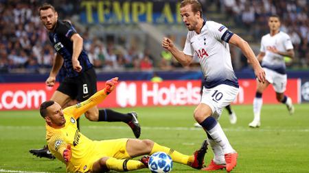 Harry Kane mencoba mencetak gol ke gawang Inter Milan. - INDOSPORT