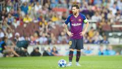 Indosport - Lionel Messi saat bersiap mengeksekusi tendangan bebas melawan PSV Eindhoven.