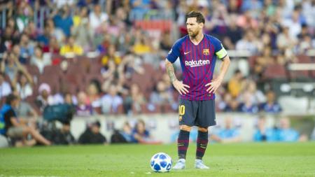 Lionel Messi saat bersiap mengeksekusi tendangan bebas melawan PSV Eindhoven. - INDOSPORT