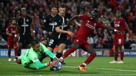 Penyerang Liverpool Sadio Mane berjibaku merebut bola dari pemain PSG. - INDOSPORT