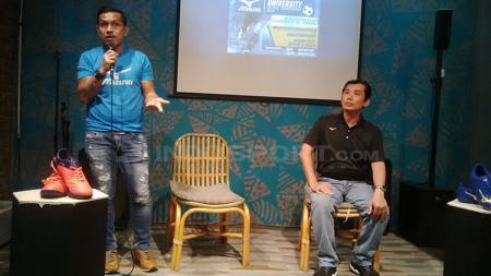 Mantan pemain dan kapten timnas futsal Indonesia Vennard Hutabarat (kiri) saat konfrensi pers MUFT 2018 di Butterfield Kitchen, Kota Bandung, Senin (17/09/2018). - INDOSPORT
