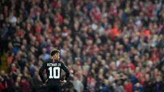 Indosport - Neymar saat bermain di Anfield.