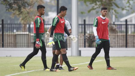 Tiga kiper Timnas Indonesia U-19 dalam sesi latihan. - INDOSPORT