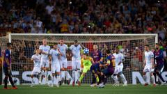 Indosport - Freekick Lionel Messi ke gawang PSV Eindhoven