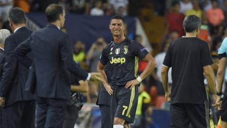 Cristiano Ronaldo menangis usai mendapatkan kartu merah. - INDOSPORT