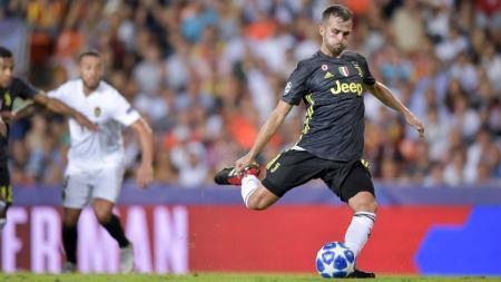 Gol penalti kedua Pjanic ke gawang Valencia. - INDOSPORT
