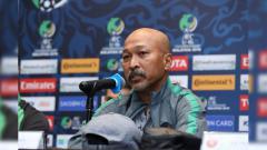 Indosport - Pelatih Timnas U-16 Fakhri Husaini dalam konferensi pers jelang Iran vs Indonesia di Piala Asia U-16 2018.