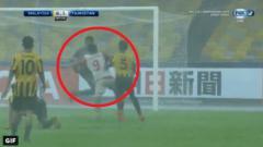 Indosport - Momen ketika kiper Malaysia melakukan tendangan kungfu di Piala Asia U-16 lawan Tajikistan.
