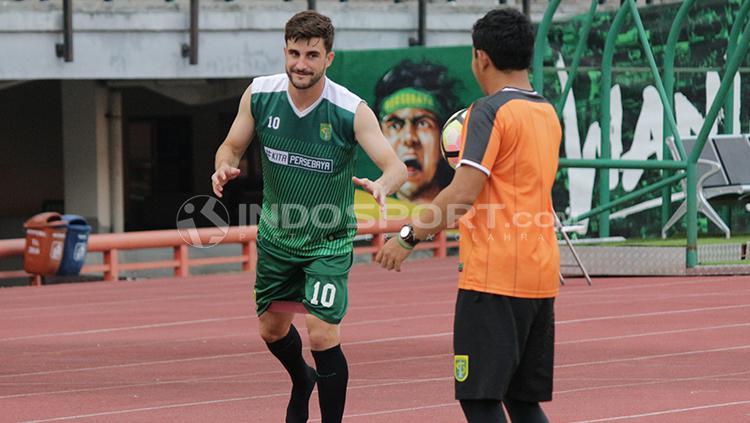 Robertino Pugliara latihan bersama Persebaya Surabaya. Copyright: Fitra Herdian/INDOSPORT