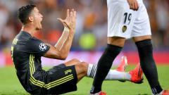 Indosport - Cristiano Ronaldo saat menerima kartu merah dalam laga Valencia vs Juventus.