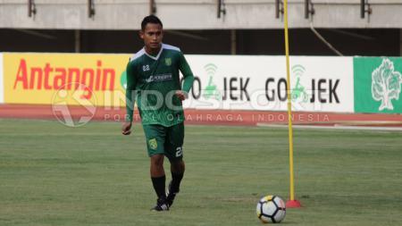 Penggawa Persebaya Surabaya, Abu Rizal Maulana saat latihan finishing. - INDOSPORT