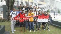 Indosport - Tenaga kerja Indonesia di Malaysia, datang ke Stadion Bukit Jalil untuk menyaksikan langsung Timnas U-16 di laga Piala Asia U-16 2016.