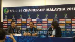 Indosport - Pelatih Timnas Iran dalam konferensi pers pasca laga Piala Asia U-16 antara Iran vs Indonesia.