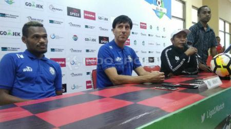 Pelatih Arema FC, Milan Petrovic (tengah) bersama Israel Wamiau saat sesi konferensi pers jelang laga. - INDOSPORT