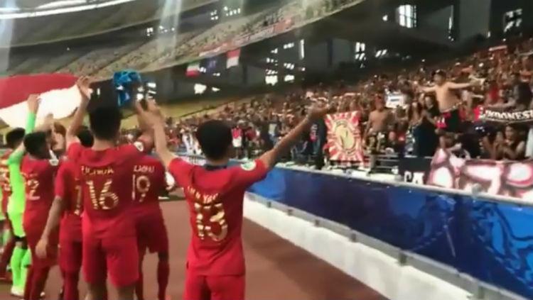 Skuat Timnas Indonesia U-16 bernyanyi dengan suporter usai pertandingan lawan Iran. Copyright: AFC