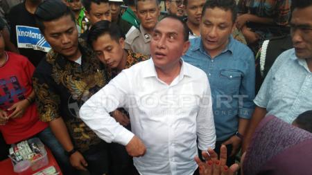 Ketua umum PSSI, Edy Rahmayadi, menghampiri para suporter PSMS Medan. - INDOSPORT