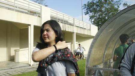 Sekjen PSSI, Ratu Tisha Destria memantau latihan Timnas Indonesia. - INDOSPORT