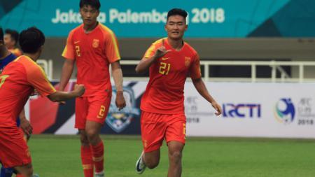 Pemain China Melakukan Selebrasi Usai Membobol Gawang Thailand di PSSI Anniversary Cup 2018. - INDOSPORT