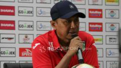 Indosport - Rahmad Darmawan saat konfrensi pers Persebaya vs Mitra Kukar.