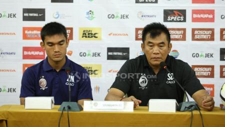 Pelatih Sriwijaya FC (Subangkit) saat konferensi pers jelang laga PSM Makassar vs Sriwijaya FC, di Hotel Same Makassar, Sabtu (22/09/18). - INDOSPORT