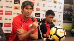 Indosport - Stefano Cugurra Teco (Persija Jakarta) saat konferensi pers jelang laga Persib Bandung vs Persija Jakarta.