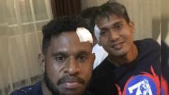Indosport - Imanuel Wanggai dan Hendro Siswanto usai Persipura vs Arema FC.