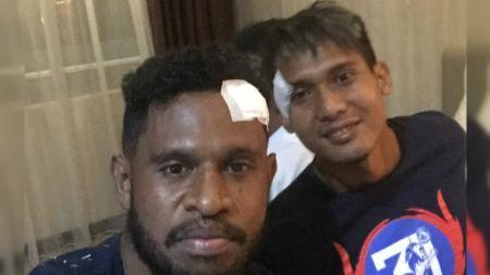 Imanuel Wanggai dan Hendro Siswanto usai Persipura vs Arema FC. - INDOSPORT
